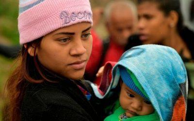 """Crisis en Venezuela: """"Viven en las sombras"""", el drama de los miles de bebés nacidos en Colombia"""