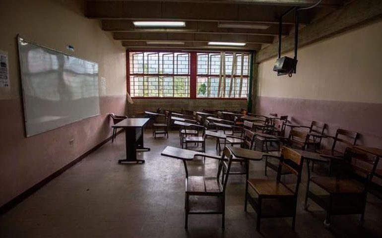 Profesores y maestros renuncian y las escuelas los sustituyen por padres