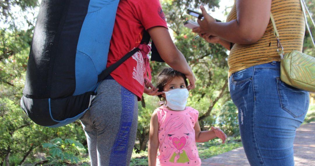 Madres y niños caminantes, por su cuenta