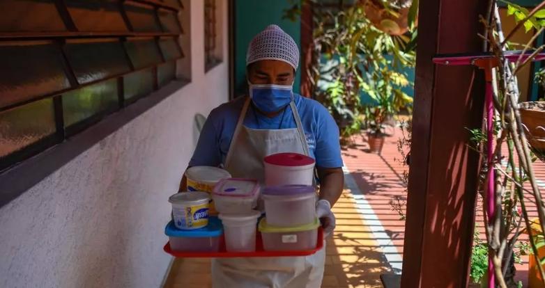 Golpeados por la crisis y el coronavirus, comedores escolares en Venezuela cocinan para llevar