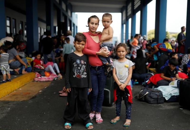 Con sus niños en brazos, madres venezolanas se apresuran para ingresar a Perú