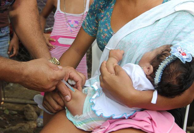 Vacunas escasean en las maternidades Concepción Palacios y Santa Ana